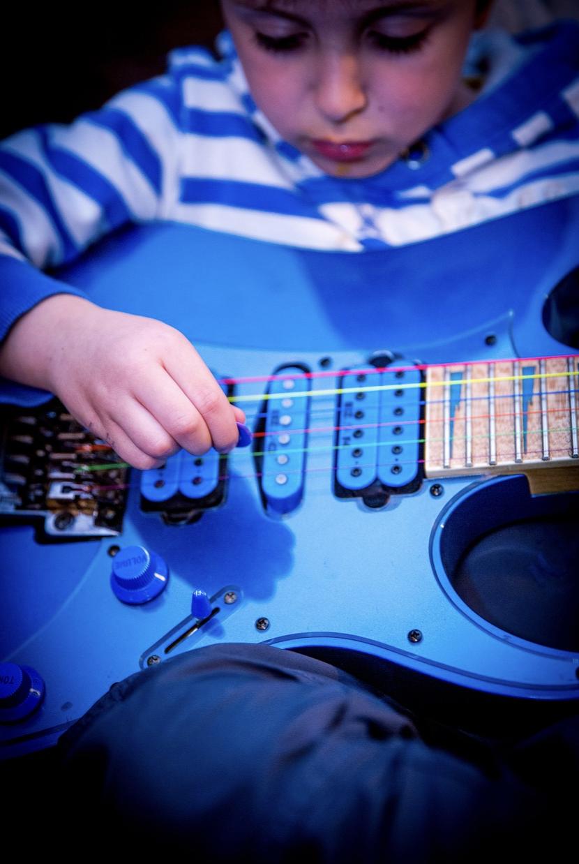 enfant qui joue a la guitare electrique